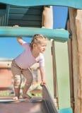 Menina de 3 anos de deslizamento velho exterior Fotos de Stock