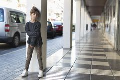 menina de 10 anos que levanta para algumas fotos Fotos de Stock