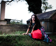 Menina de assento do vampiro Fotografia de Stock Royalty Free