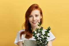 Menina de Aweome com uma flor em suas m?os que levantam ? c?mera imagem de stock royalty free