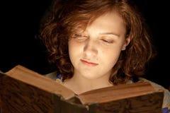 Menina de Baeutiful que lê um livro Imagens de Stock