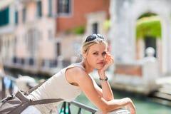A menina de Beautful é Stadning pelo rio em Veneza, Italia Fotos de Stock Royalty Free