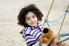Menina de Beautifull que joga no parque Imagens de Stock Royalty Free