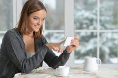Menina de Beautifur com smartphone Imagem de Stock Royalty Free