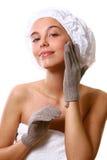Menina de Beautyful com toalha branca foto de stock royalty free