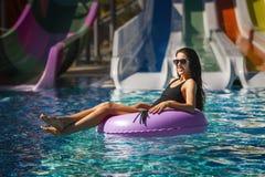 Menina de Beautyful no biquini na piscina foto de stock royalty free