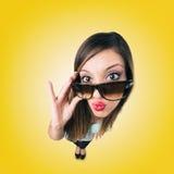 Menina de beijo engraçada com óculos de sol Fotos de Stock