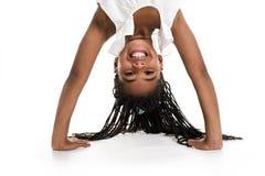 Menina de cabeça para baixo em um fundo branco Imagens de Stock Royalty Free