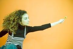 Menina de cabelo Curly que dá um Lollipop Imagens de Stock