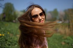 Menina de cabelo da mulher do marrom feliz novo do viajante que sorri e que gerencie ao redor em um pa?s de destina??o novo com u foto de stock