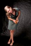 Menina de cabelo escura que está no sorriso colorido do vestido Imagem de Stock Royalty Free