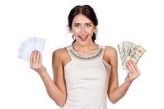 A menina de cabelo escuro bonita mostra o dinheiro fácil Imagens de Stock Royalty Free