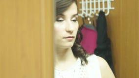 Menina de cabelo escuro bonita no espelho video estoque