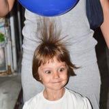 Menina de cabelo marrom bonita nova com os balões carregados bondes imagem de stock royalty free