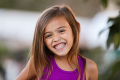 Menina de cabelo marrom de sorriso ectática da criança de quatro anos imagens de stock