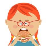 Menina de cabelo vermelha bonito que come um Hamburger no fundo branco ilustração stock