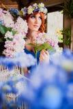 Menina de cabelo vermelha brilhante bonita com flores Foto tomada 08 22 2015 Fotografia de Stock Royalty Free
