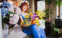 Menina de cabelo vermelha brilhante bonita com flores Foto tomada 08 22 2015 Imagens de Stock