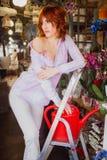 Menina de cabelo vermelha brilhante bonita com flores Foto tomada 08 22 2015 Fotografia de Stock