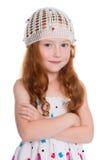 Menina de cabelo vermelha em um tampão feito malha Fotos de Stock Royalty Free