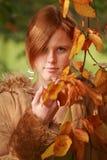 Menina de cabelo vermelha no outono Foto de Stock Royalty Free