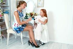 Menina de cabelo vermelha pequena e sua mãe Foto de Stock Royalty Free
