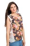 Menina de cabelos compridos bonita de sorriso com braços cruzados Foto de Stock