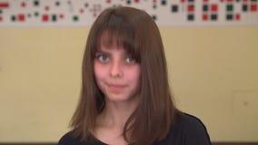 A menina de cabelos compridos bonita diz sim Agitando sua cabeça A jovem mulher diz sim, significando SIM vídeos de arquivo