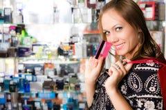 Menina de cabelos compridos com cartão fotos de stock