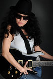 Menina de cabelos compridos do retrato com uma guitarra Imagens de Stock Royalty Free