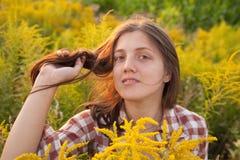 Menina de cabelos compridos no por do sol Fotografia de Stock