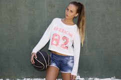 Menina de cabelos compridos que guarda uma bola Imagem de Stock