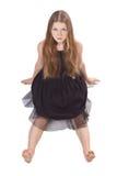A menina de cabelos compridos que senta-se no assoalho Fotografia de Stock Royalty Free