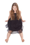 A menina de cabelos compridos que senta-se no assoalho Foto de Stock
