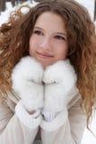 A menina de cabelos compridos, sorrindo, olhares de lado, do som Fotos de Stock