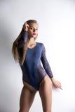 Menina de cabelos compridos vestida no bodysuit 'sexy' Imagens de Stock