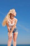 Menina de cabelos compridos vigorosa ao ar livre Imagem de Stock