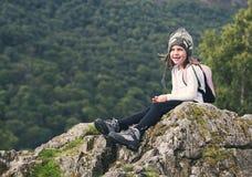 Menina de caminhada nova no distrito do lago Foto de Stock Royalty Free