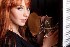 Menina de canto. Imagens de Stock Royalty Free