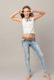 Menina de canto do adolescente que dança o comprimento completo Imagem de Stock