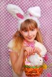 Menina de coelhinho da Páscoa com cesta Imagens de Stock