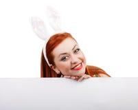 Menina de coelho com bandeira vazia Lugar para o texto ou o tema Fotografia de Stock