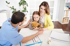 Menina de Comforting Scared Little do pediatra fotos de stock royalty free