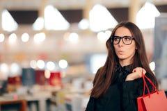 Menina de compra com os sacos dentro da loja na estação da venda fotos de stock royalty free