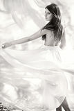 Menina de dança bonita no vestido branco Fotos de Stock