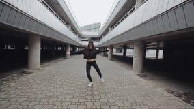 A menina de dança está executando a dança moderna, mulher caucasiano moreno que faz o estilo livre contemporâneo filme