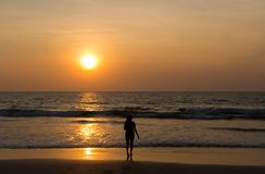 Menina de dança de Sun na praia imagem de stock royalty free