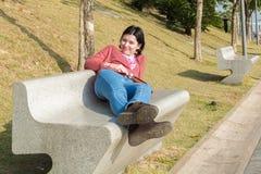 Menina de descanso no parque Foto de Stock Royalty Free