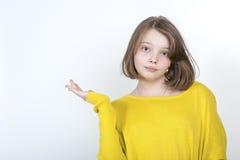 Menina de dez anos que mostra o lado da mão fotos de stock royalty free