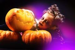 Menina de Dia das Bruxas com estúdio da abóbora Imagem de Stock Royalty Free